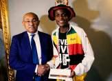 رئيس الاتحاد الافريقي يكرم مشجعًا قطع 10 الاف كلم على الاقدام