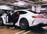 لويس هاميلتون يستعرض سيارة مرسيدس بيضاء