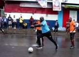جورج ويا الرئيس يمارس كرة القدم مع شعبه