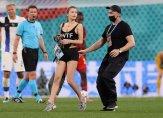 فتاة تدخل إلى أرض الملعب في مباراة بلجيكا وفنلندا