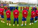 لاعبو برشلونة يقفون دقيقة صمت حدادا على مارادونا
