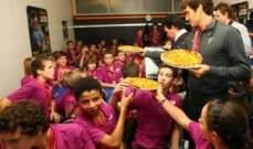 فيدرر بعد الفوز بالبطولات ياكل البيتزا مع الاطفال
