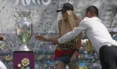 شاهد كيف تعرت فتاة اوكرانية احتجاجاً على كأس امم اوروبا