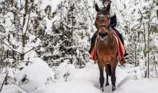 اميليا بوتاس على ظهر حصانها فوق الثلج