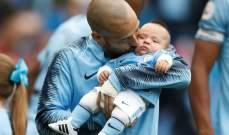 دافيد سيلفا يقبّل إبنه