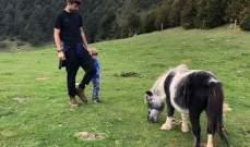 جيرارد بيكيه مع إبنه أمام حصان صغير