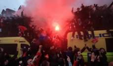 """جماهير ليفربول تطلق القنابل الدخانية في طريقها إلى ملعب """"آنفيلد"""""""