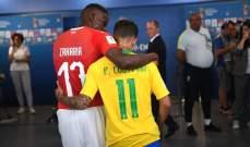 تبادل للقمصان بين أفضل لاعب في المباراة ولاعب سويسرا زكريا