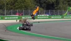 سيارة فورمولا 3 تطير وتحط على السياج والسائق يخرج سالماً