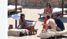 دوناروما على شاطئ ساردينيا برفقة شريكته الحسناء