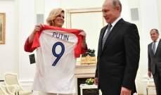رئيسة كرواتيا تهدي بوتين قميص بلادها !