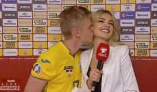 زينتشينكو يقبل مراسلة بعد الفوز على صربيا