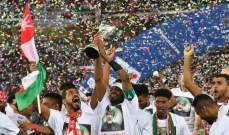 لاعبو منتخب عمان يحتفلون بكأس الخليج على طريقتهم