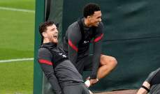 ارنولد يساعد روبرتسون خارج الملعب ايضاً
