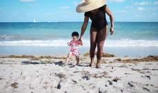 سيرينا وليامز تساعد طفلتها على المشي لأول مرة