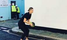 ماريا شارابوفا تقوم بالتمارين الرياضية في الشارع