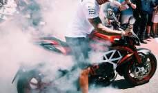 لويس هاميلتون يُشعل إطارات دراجته في موناكو