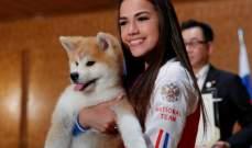هدية كلب نادر إلى بطلة اولمبية روسية أمام أنظار رئيس الحكومة اليابانية