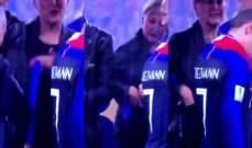 سيدة تسرق ميدالية ذهبية خلال توزيع جوائز نهائي كاس العالم