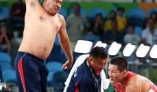 مدرب منغوليا للمصارعة يعترض على قرار الحكم بخلع ثيابه في اولمبياد ريو