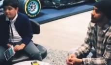 لويس هاميلتون يلتقي بالأطفال ويعرّفهم على سيارته