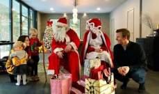 كيمي رايكونين سعيد خلال توزيع الهدايا