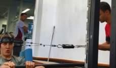 جورج راسل يمرّن عضلات رقبته
