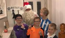 """فيديو: حارس هادرسفيلد يدخل أحد المنازل بزي """"بابا نويل"""" ويفاجئ طفلًا"""