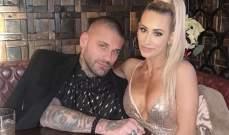 كارميلا برفقة شريكها كوري في الفندق