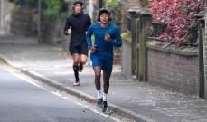 لينغارد يخوض التمارين مع صديقه محافظاً على مسافة امنة