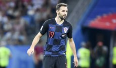 لاعب منتخب كرواتيا يخلع ملابسه ويمنحها للجمهور