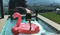كيمي رايكونين يقفز في حوض السباحة بطريقة بهلوانية