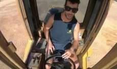 دانيال ريكياردو يقود جرافة