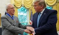 ترامب يقلد كوزي ميدالية الحرية