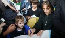 مئات المعجبين في زغرب من اجل توقيع مودريتش على السيرة الذاتية