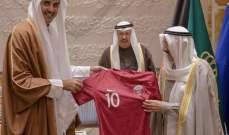 امير قطر يهدي قميص بطل اسيا الى امير الكويت