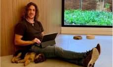 كارليس بويول مع كلبه الصغير