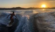 كارلوس ساينز يركب الأمواج