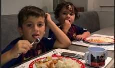 تياغو وماتيو يتناولان الطعام