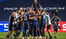 لاعبو باريس سان جيرمان وهم يحتفلون بالتأهل للنهائي