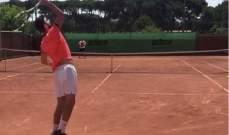 جيرارد بيكيه يلعب كرة المضرب