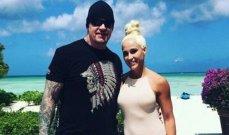 أندرتايكر برفقة زوجته على شاطئ البحر