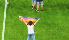 مشجّع يقتحم ملعب مباراة ألمانيا والمجر ملوحا بعلم المثليّين