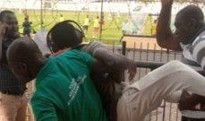 جماهير غاضبة تطرد معلق المباراة من الملعب