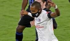 لاعب كرة قدم يخوض المباريات مع وضع كمامة