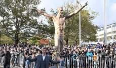 ابراهيموفيتش يكشف عن تمثاله الجديد