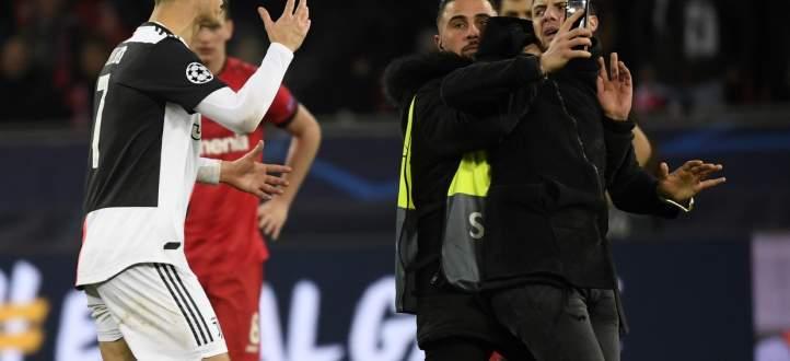 رونالدو غاضب من احد المشجعين الذي حاول اخذ صورة معه