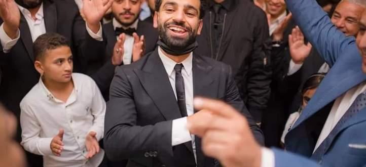 صلاح يشارك في زفاف شقيقه فور وصوله إلى القاهرة