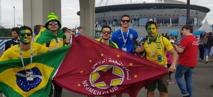 البرازيليّون يحتفلون في روسيا بعلم نادي النجمة اللبناني !