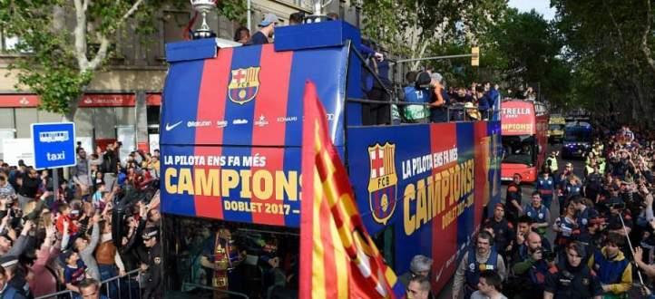 برشلونة يحتفل بثنائيته في شوارع برشلونة